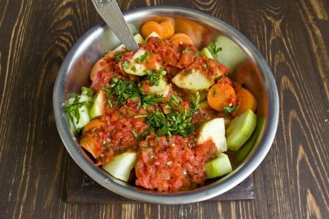 Добавляем к овощам соус, зелень и специи