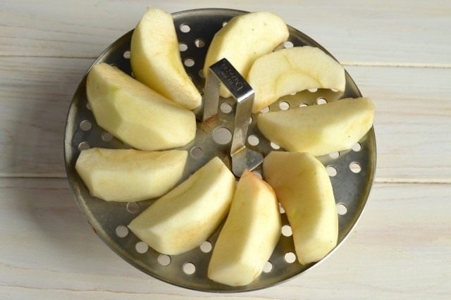 Чистим яблоки, разрезаем на части и ставим распариваться