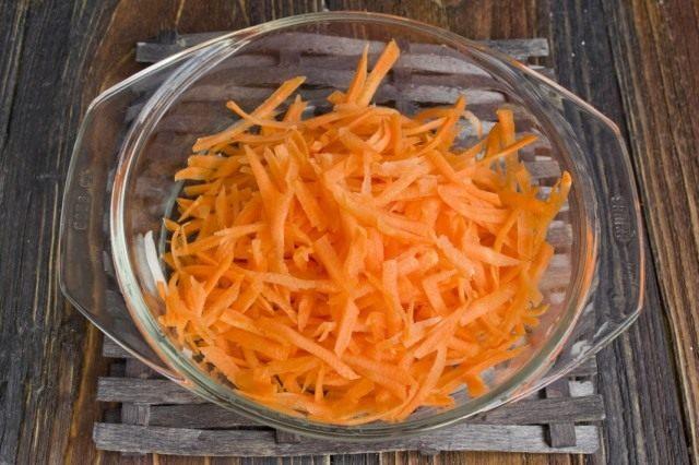 Обжариваем натёртую морковь