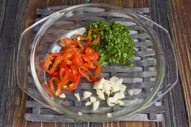 Добавляем острый перец, чеснок и зелень