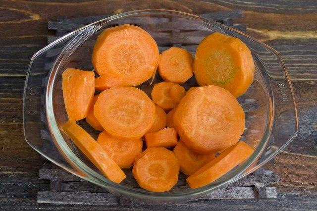 Нарезаем и бланшируем морковь