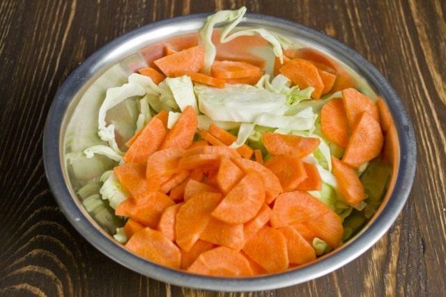 Нарезаем ломтиками морковь