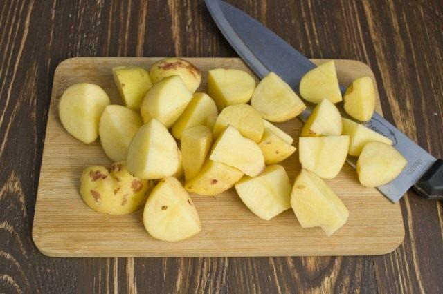 Нарезанный картофель отправляем в кипящий бульон