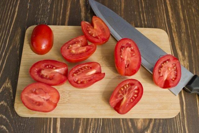 Очищаем и нарезаем помидоры. Добавляем в бульон.