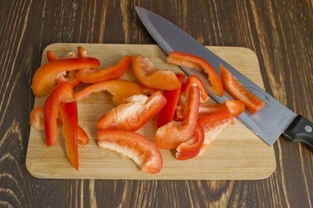 Нарезаем сладкий перец и добавляем в кастрюлю с овощами