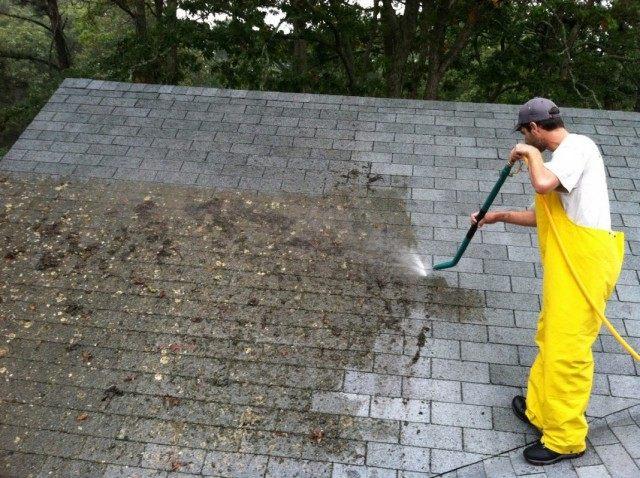 Очистка черепичной крыши от мха аппаратом высокого давления