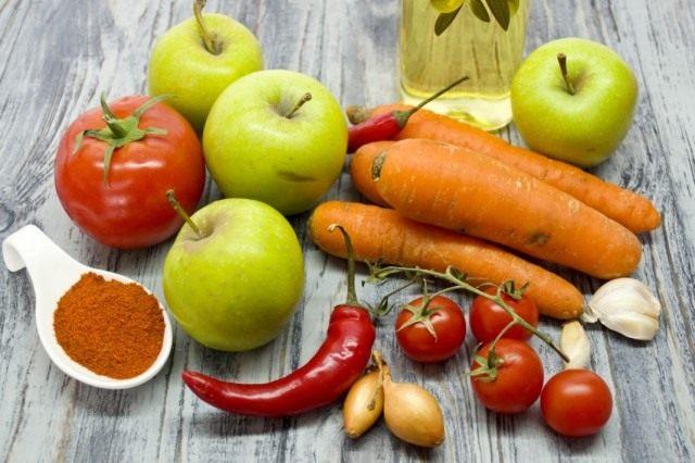 Ингредиенты для приготовления соуса из помидоров с морковью и яблоками на зиму