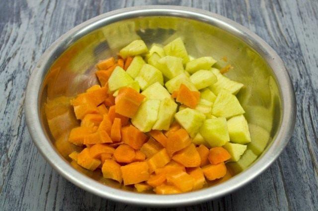 Нарезаем очищенные яблоки и морковь. Ставим отвариваться