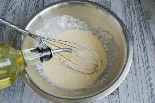 Добавляем соль и растительное масло