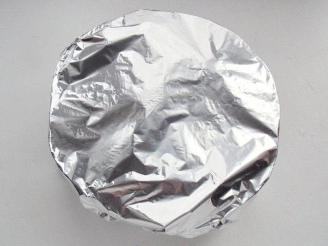 Закрываем форму для запекания с овощами и курицей фольгой, и ставим в духовку