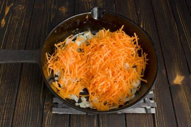 Пассеруем с луком натёртую морковь