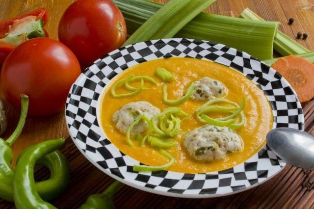 Овощной суп-пюре с фрикадельками из курицы