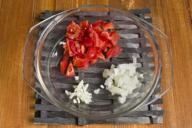 Обжариваем репчатый лук, чеснок и острый перец чили
