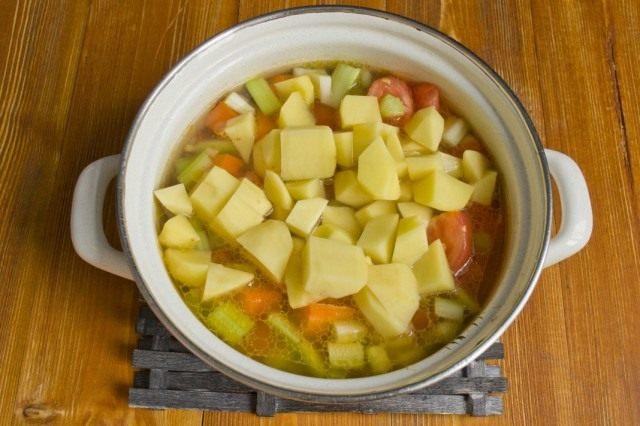 Заливаем овощи кипятком и солим