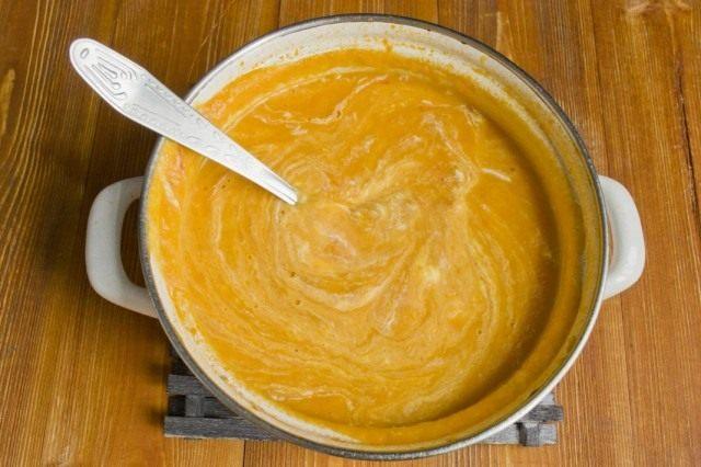 Добавляем в суп-пюре греческий йогурт и перемешиваем
