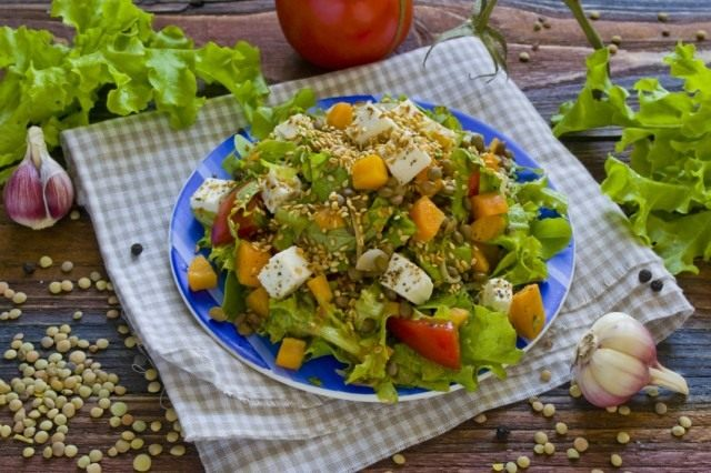Салат с чечевицей и брынзой