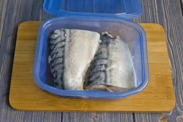 Упаковываем засоленную скумбрию