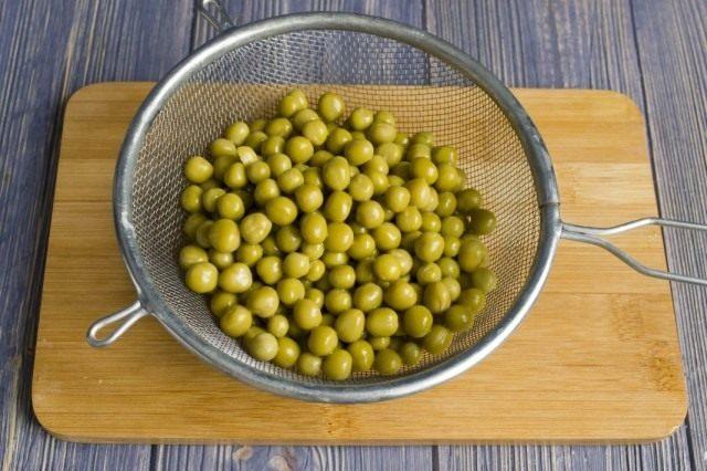 Добавляем консервированный зелёный горошек