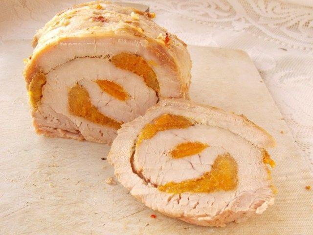 Мясной рулет из свинины с курагой