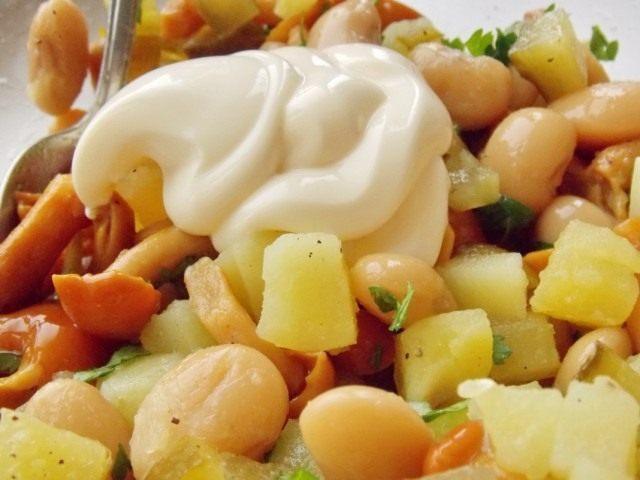 Добавляем в салат специи и майонез