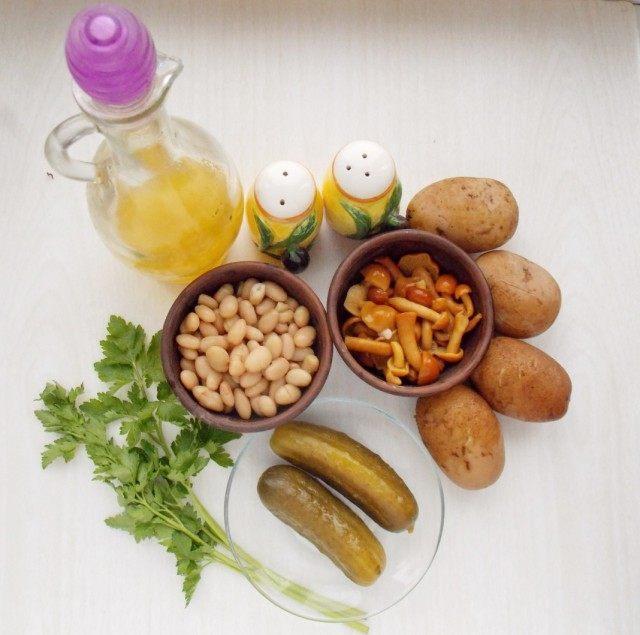 Ингредиенты для приготовления салата по-деревенски с маринованными грибами