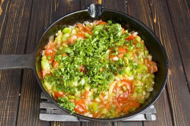 Когда овощи приготовятся, добавляем зелень и перемешиваем