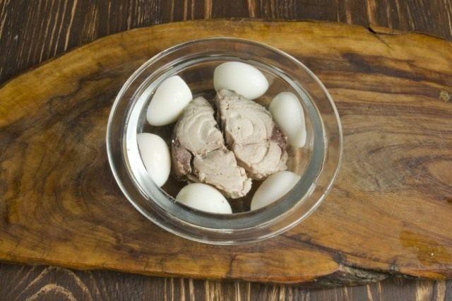 Добавляем отваренные перепелиные яйца