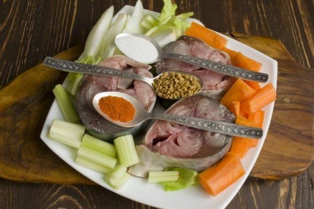 Приправляем тунца и овощи солью и специями