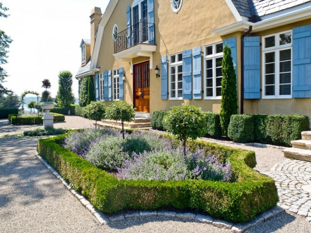 Партерные клумбы в саду французского стиля