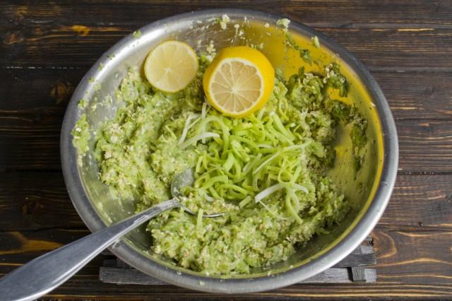 Добавляем нашинкованный лук-порей и лимонный сок. Перемешиваем фарш из брокколи