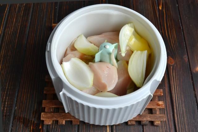 Кладём в блендер репчатый лук и сырое куриное яйцо