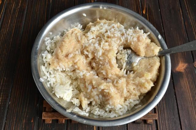 Смешиваем готовый куриный фарш и отваренный рис