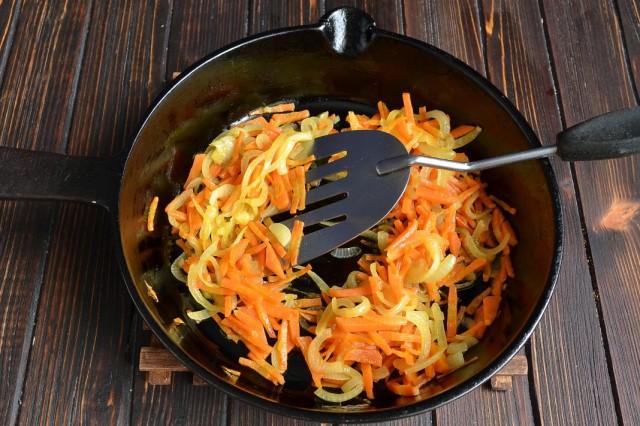 Обжариваем репчатый лук и морковь