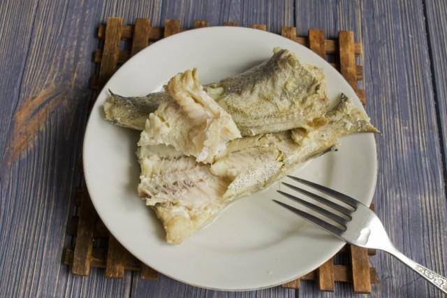 Процеживаем бульон через сито и разбираем рыбу от костей