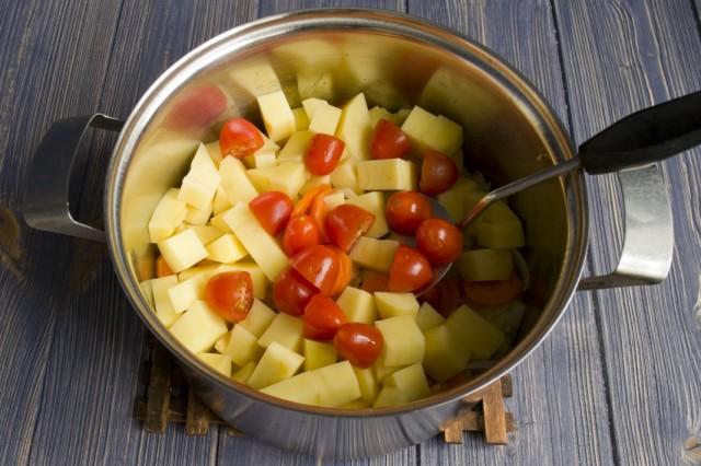 Добавляем в кастрюлю нарезанные помидоры