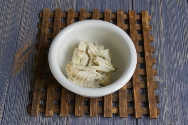 Выкладываем в тарелку треску без костей