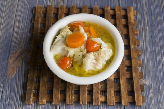 Наливаем в тарелку с рыбой уху с овощами и подаём к столу