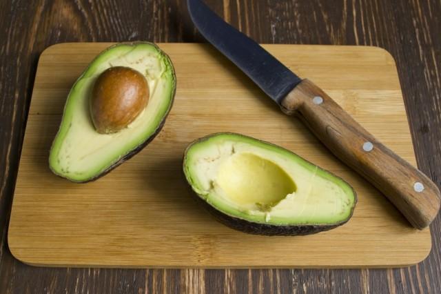 Разрезаем и чистим авокадо