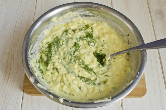 Нарезаем зелень укропа и замешиваем тесто для оладий