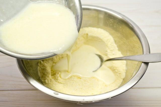 Вливаем жидкие ингредиенты в сухую смесь