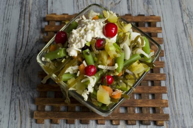 Добавляем в салат соус-заправку