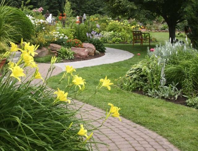 Цветники в саду природного стиля