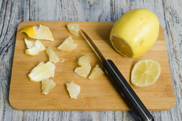 Разбираем и нарезаем лимон и цедру