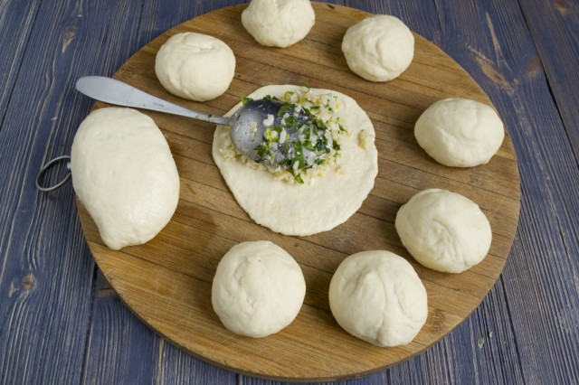 Выкладываем холодную начинку на тесто и формируем пирожки