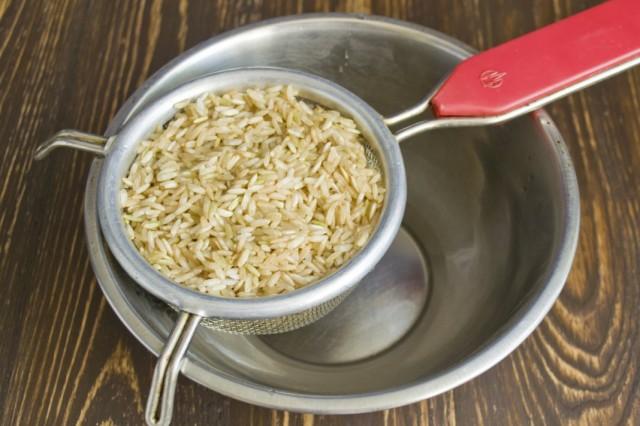 Откидываем промытый рис на сито