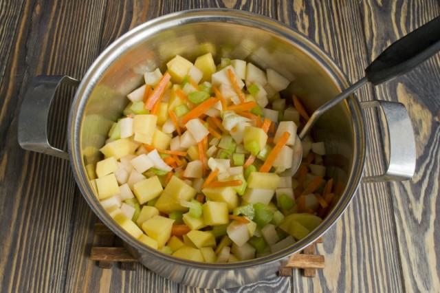 Добавляем к пассерованным овощам картофель