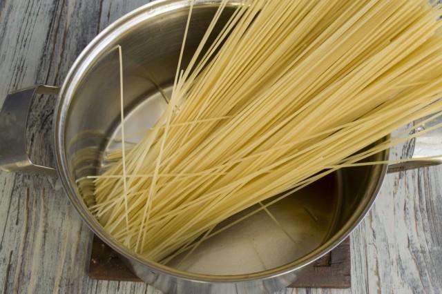 Ставим отвариваться спагетти