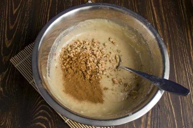 Добавляем в тесто молотый арахис и корицу