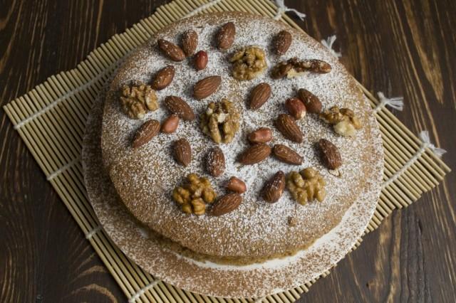 Украшаем вегетарианский торт с фруктами и орехами и подаём к столу