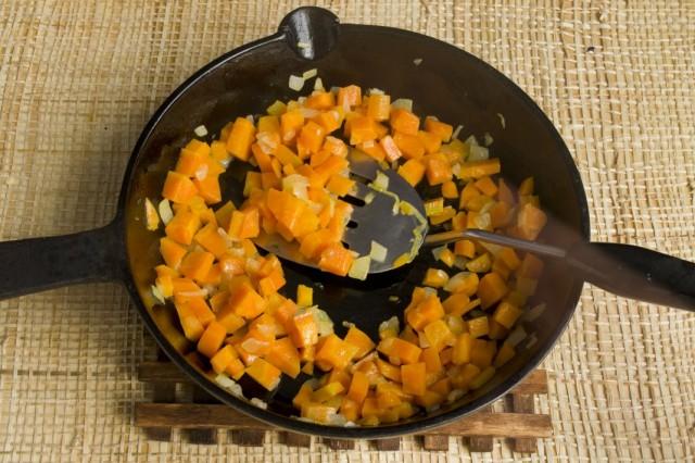 Обжариваем для заправки лук и морковь